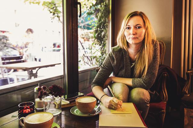 Autorin in Berlin Schreiben im Café